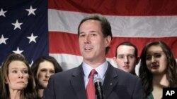 Acompañado de su familia, el ex Senador por el Estado de Pensilvania, Rcik Santorum anuncia la suspensión de su candidatura a la presidencia.