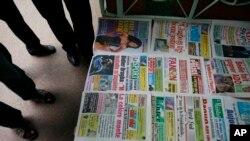 Des journaux ivoiriens étalés à même le sol