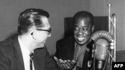 루이 암스트롱(오른쪽)이 생전 미국의 소리(VOA) 방송에 출연해 인터뷰하고 있는 모습.