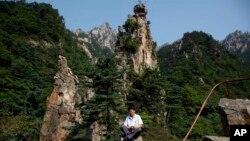 지난 2011년 북한 관광 가이드가 금강산에서 포즈를 취하고 있다. (자료사진)