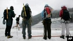 Quelques aventuriers sur le glacier montagneux de Tsanfleuron, Suisse, 8 août 2009.