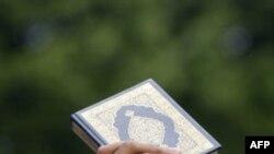 Một người Hồi giáo giơ cao một cuốn kinh Quran trong cuộc biểu tình ở Afghanistan