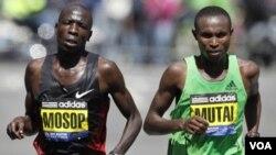 Moses Mosop trata de mantener el ritmo del ganador de la Maratón de Boston, Geoffrey Mutai.