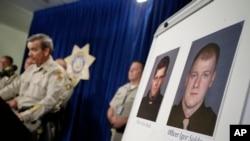 El alguacil Doug Gillespie habla durante una conferencia de prensa donde se mostraron las fotos de los dos oficiales muertos en Las Vegas.