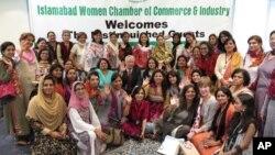 امریکی سفیر اور ان کی اہلیہ پاکستانی کاروباری خواتین کے ہمراہ