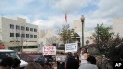 워싱턴 중국대사관 앞에서 벌어진 시위