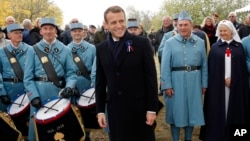 El presidente de Francia, Emmanuel Macron, (centro) junto a soldados en una ceremonia donde se recreó el centenario del fin de la Primera Guerra Mundial en Morhange, este de Francia, el lunes, 5 de noviembre de 2018.