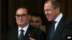 지난해 10월 러시아 모스크바를 방문한 리수용 북한 외무상(왼쪽)이 세르게이 라브로프 러시아 외무장관의 환대를 받고 있다. (자료사진)