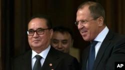 1일 러시아 모스크바를 방문한 리수용 북한 외무상(왼쪽)이 세르게이 라브로프 러시아 외무장관의 환대를 받고 있다.