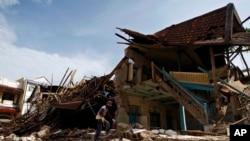Salah satu gedung yang rusak karena gempa di Padang pada 2009.