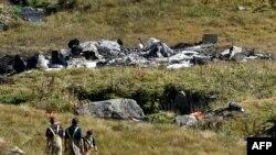 Des policiers se tiennent près de l'épave d'un hélicoptère de l'armée suisse qui a tué deux aviateurs et blessé une troisième personne, près du Gothard, à proximité du col du Gothard, Suisse, 28 septembre 2016.