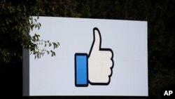 ARCHIVO - Letrero ubicado a la entrada de la sede de Facebook en Menlo Park, California. 10/10/18. REUTERS/Elijah Nouvelage.