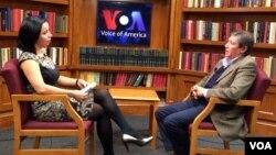 """Siyosatshunos Farhod Tolipov """"Amerika Ovozi""""da jurnalist Navbahor Imamova bilan suhbatda, 15-noyabr, 2013m Vashington"""