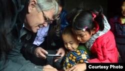 美国经济学家罗斯高测试中国农村幼童的认知能力(受访者提供)