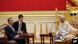 Presiden Myanmar Htin Kyaw, kanan, berbicara dengan Perdana Menteri China Wang Yi, kiri, di kediaman presiden di Naypyitaw, 19 November 2017.