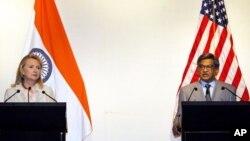Menteri Luar Negeri AS Hillary Rodham Clinton (kiri) dan Menteri Luar Negeri India S.M. Krishna dalam suatu konferensi pers bersama di New Delhi, India (8/5).