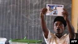 Un agent électoral à Antananarivo le 20 décembre 2013 (AFP Photo / Alexander Joe)