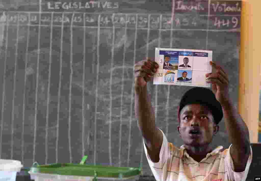 Một nhân viên kiểm phiếu làm việc tại trạm bỏ phiếu ở Antananarivo trong khi người dân Madagascar bầu chọn tổng thống mới trong một cuộc bỏ phiếu vòng hai nhằm chấm dứt khủng hoảng chính trị và kinh tế gây ra bởi một cuộc đảo chính cách đây bốn năm.