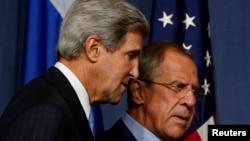 Ngoại trưởng Hoa Kỳ John Kerry (trái) và Ngoại trưởng Nga