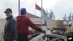 ژمارهیهک گهنجی تونسی ناڕهزایی خۆیان له بهرامبهر حکومهتی وڵاتهکهیان دهردهبڕن له ناوچهیهکی دهرهوهی تونسی پایتهخت، پـێـنجشهممه 13 ی یهکی 2011
