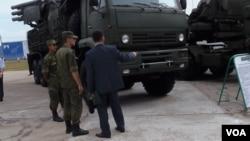 俄羅斯仍然主宰中亞安全領域。2014年莫斯科郊外的一個武器展上,哈薩克代表團成員了解俄羅斯武器性能。(美國之音記者白樺拍攝)
