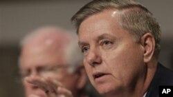 Anggota Senat Amerika dari Partai Republik, Lindsey Graham (kanan) dan Saxby Chambliss, mengeluarkan pernyataan mengenai kesepakatan Tunisia-AS terkait pemberian akses ke tersangka serangan Benghazi, Jum'at (2/11). (Foto: dok).