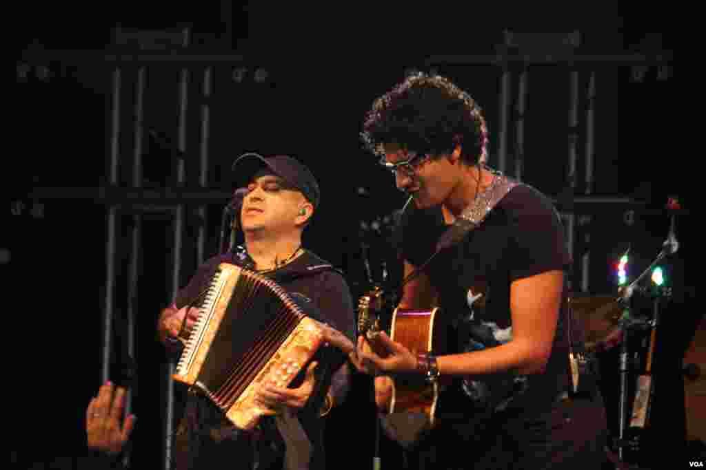 Su música incluye ritmos e instrumentos del foloclor colombiano como el acordión.