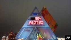 位于莫斯科克里姆林宫和红场附近的冬奥会倒计时钟。距离2014年索契冬奥会还剩下364天(美国之音白桦拍摄)