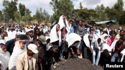 Des proches pleurent lors des funérailles de Dinka Chala, un enseignant de l'école primaire dont les membres de famille ont été abattus par les forces militaires lors d'une manifestation récente, dans la ville de Holonkomi, dans la région d'Oromiya en Ethiopie, 17 décembre 2015.