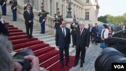 ປະທານາທິບໍດີຝຣັ່ງ ທ່ານ Francois Hollande, ຊ້າຍ, ປະທານາທິບໍດີອີຣັກ ທ່ານ Fouad Massoum ກຳລັງຈະເຂົ້າຮ່ວມ ກອງປະຊຸມກ່ຽວກັບກຸ່ມອິສລາມ ຢູ່ນະຄອນຫລວງປາຣີ, ວັນທີ 15 ກັນຍາ 2014.