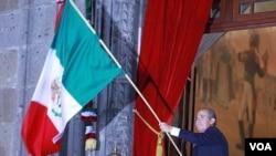 El presidente de México, con una escolta de seis cadetes, dio paso al abanderamiento en plena Plaza de la Constitución.