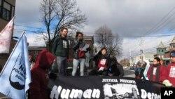 """佛蒙特州伯灵顿联邦法院外,移民权益倡导组织""""移民司法""""的成员Zully Palacios Rodriguez向人群发表讲话。(2018年11月14日)"""