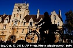 英格兰牛津大学最古老的成员学院之一巴利奥尔学院,有人骑自行车走过(2008年10月17日)
