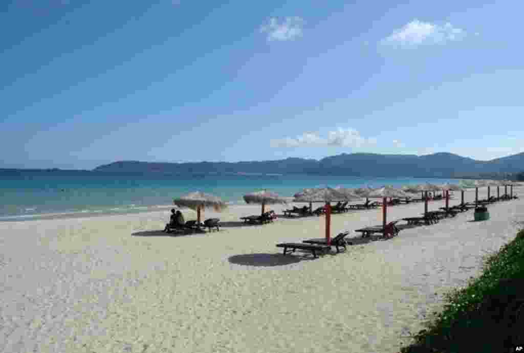 游客涌向海南去享用它那阳光明媚的海滩