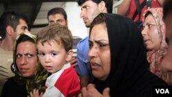 Pencari suaka dari Afghanistan dan Iran di kantor imigrasi Yogyakarta. Aparat Indonesia mengatakan mereka menangkap 74 imigran gelap yang bermaksud menyelundup ke Australia dengan kapal.