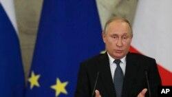 Predsednik Rusije Vladimir Putin govori na konferenciji za novinare sa italijanskim premijerom Đuzepeom Konteom, 25. oktobar 2018.