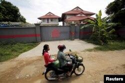 Kambocada qadınlar motosiklet sürür