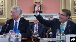 애슈턴 카터 미국 국무장관이 15일 영국 런던에서 열린 14개 국제연합국 국방장관 회의에 참석했다.