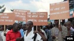 Warga Rwanda memrotes film dokumenter BBC tentang genosida di negaranya (22/10).