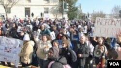 SAD: Bijeli karanfili na stepeništu Capitol Hilla