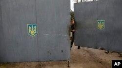 7-mart kuni Sevastopoldagi strategik inshootga hujum qilingan. Ukraina kuchlarining aytishicha, rus harbiy mashinasida qurolli kishilar bostirib kirishga uringan.