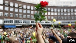 Warga Norwegia berkumpul dengan membawa bunga saat upacara peringatan bagi para korban tewas serangan teror di Oslo (25/7).