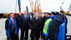 Le président russe Vladimir Poutine visite le chantier de construction du pont du détroit de Kertch, sur l'île de Tuzla, en Crimée, le 18 mars 2016.