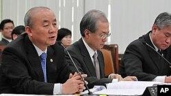 6일 한국 국회 외교통상통일위원회 전체회의에서 질문에 답하는 류우익 통일부장관 (왼쪽)