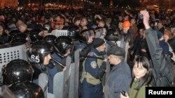 Cảnh sát ngăn chặn người biểu tình ủng hộ Nga gần tòa nhà hành chính trong khu vực Kharkiv, Ukraine, ngày 6/4/2014.