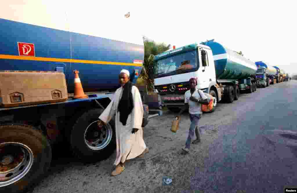 Des camions sont stationnés le long d'une route à Djebonoua, près de Bouaké, alors que des soldats mécontents mutinent, réclamant des augmentations de salaire, en Côte d'Ivoire, 6 janvier 2017.