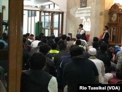 Wakil Ketua DPRD Bandung, Erwin Senjaya, berbicara dalam kesempatan yang sama dan dikenalkan sebagai 'praktisi poligami'. (Terkini.com/Rio Tuasikal)