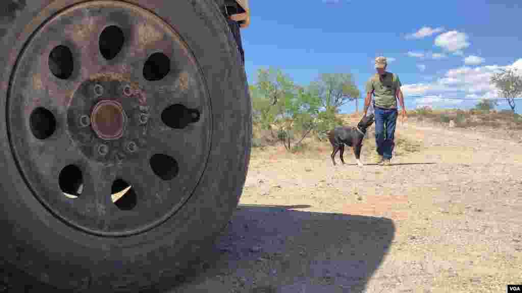 Foley aseguró que su grupo desde su creación nunca ha disparado sus armas en estas operaciones y siempre trabajan con la patrulla fronteriza en su trabajo de campo.[Foto: Celia Mendoza]