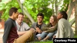 펜실베니아 대학교 교정에서 대화를 나누는 학생들의 모습 (제공: University of Pennsylvania)