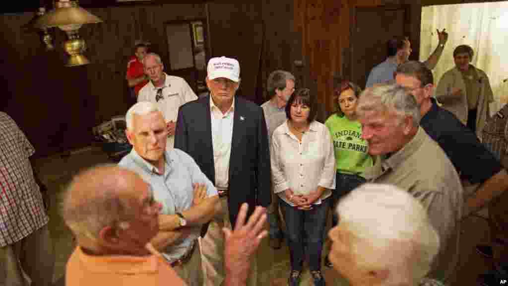 Donald Trump, et Mike Pence, écoutent des victimes (Jimmy et Olive Gordan) qui ont vu leur maison endommagée par les inondations à Denham Springs, le 19 août 2016.